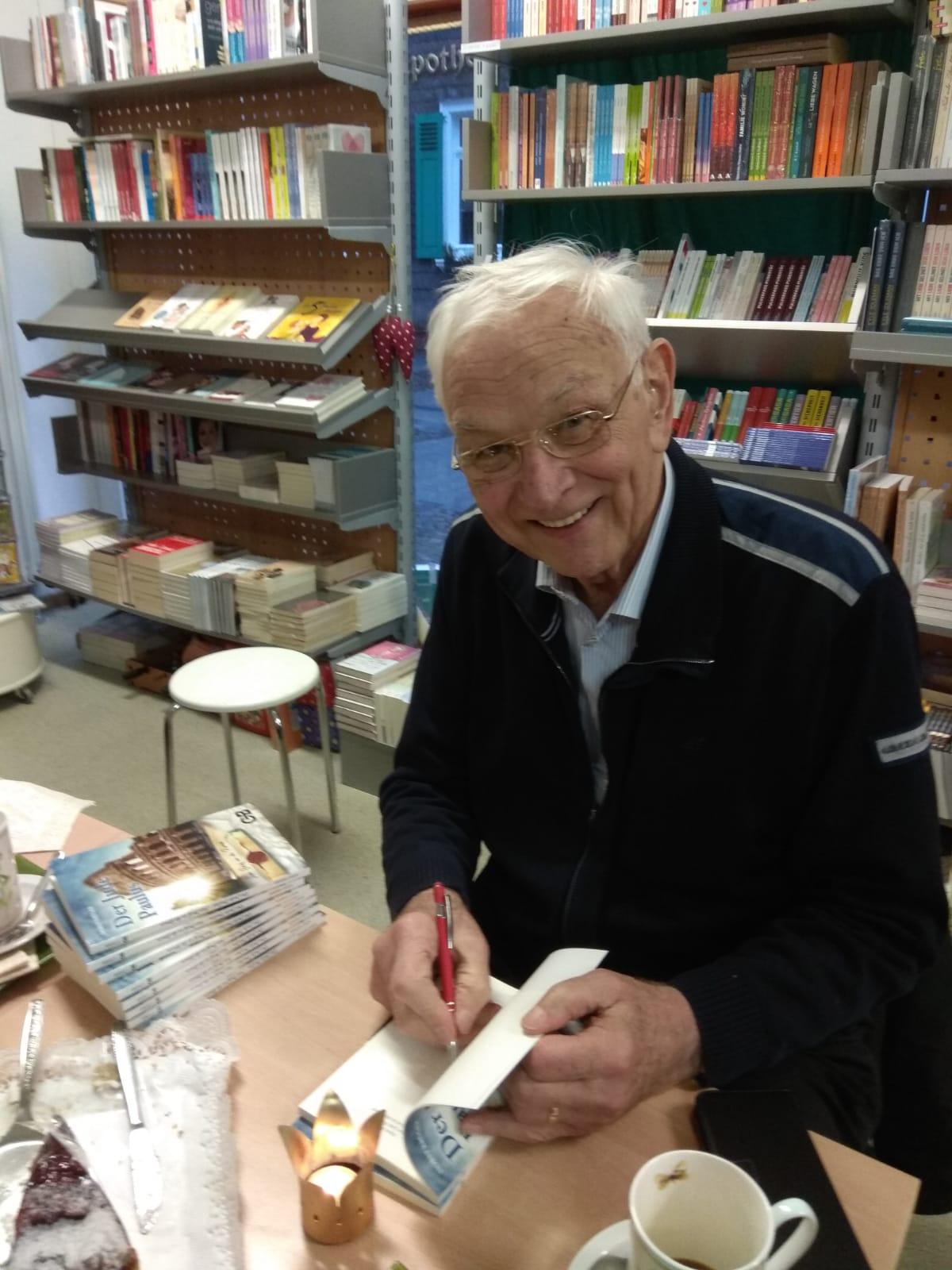 """Autor Horst Krüger signiert sein Buch """"Der Jude Paulus Buch"""""""